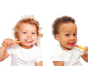 2 babies brushing their teeth